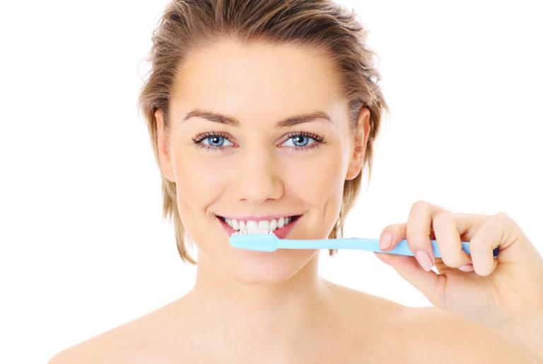 Odontología Preventiva en Villanueva del Pardillo - Mujer lavándose los dientes