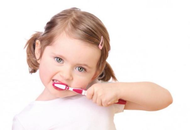 Odontología Preventiva en Villanueva del Pardillo - Niña lavándose los dientes
