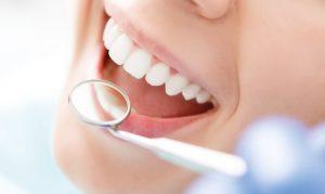 clínica dental cerca de Villafranca del Castillo - sonrisa con espejo