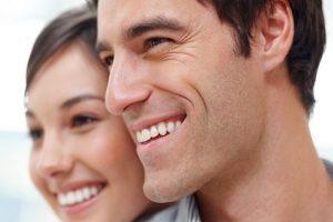 odontologia estetica en Majadahonda - pareja sonriendo
