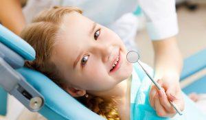 clinica dental cerca de Brunete - niña en la silla