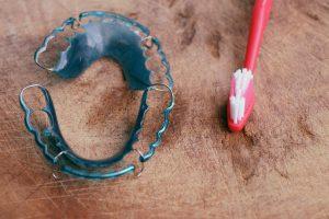 como limpiarse los dientes con retenedores - color azul