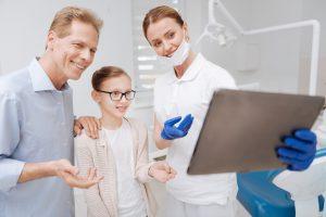 clínica dental Brunete - familia en el dentista
