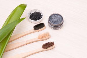 por qué no es bueno blanquear los dientes con carbon activo - cepillo dental-