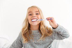 como cepillarse adecuadamente los dientes - niña-
